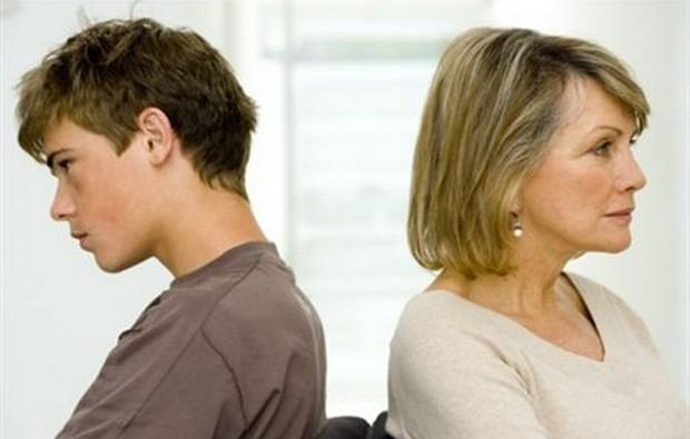 Tratando o filho como um bebê, os pais podem estar colaborando para que ele se afaste