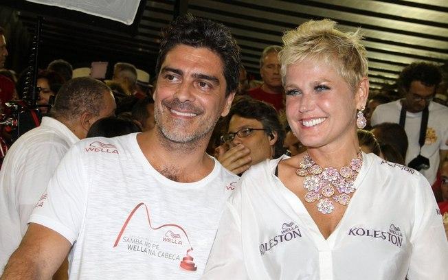 """Xuxa e Junno curtem folia em camarote da Sapucaí no carnaval deste ano: a apresentadora está """"feliz pacas"""" e """"rindo à toa"""", segundo ela mesma declarou em redes sociais (Foto: Rio News)"""