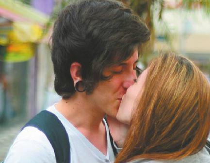 """Abner e Carolina são namorados há um ano e meio. Abner Sobral Gomes, 21, estudante de marketing: """"O beijo é o básico e o essencial. Sem beijo ninguém namora e nem casa."""" Carolina Delboni, 18, estudante de farmácia: """"O beijo mais diferente que eu já dei foi ao estilo Homem-Aranha."""""""