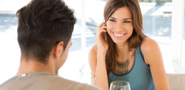 Os olhares, as conversas e a posição do corpo dão pistas para saber se o outro está interessado. (Foto: Thinkstock)