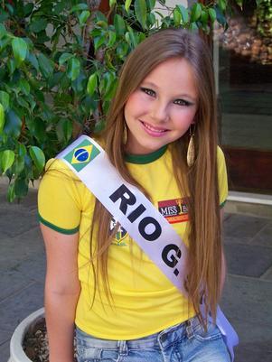 Mirella Scheeffer, 13, se despede das passarelas infantis mas visa ganhar o concurso adulto quando chegar a hora (Foto: Facebook / Reprodução)