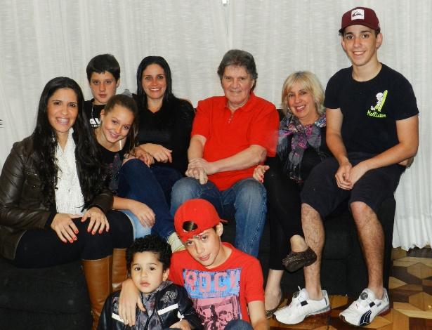 Carmen Júlia Almansa, o marido José Carlos, as duas filhas e os cinco netos vivem juntos em São Paulo
