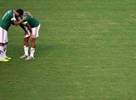 Dolor, decepción y llanto entre jugadores y aficionados mexicanos al quedar eliminados del Mundial de Brasil 2014. Foto: Getty Images